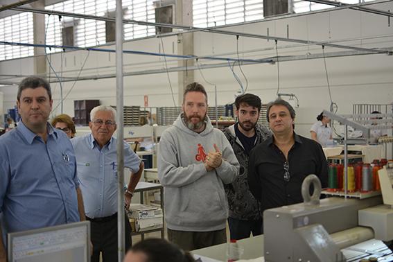 O estilista conhecendo as instalações da Confecções HP